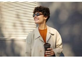 一张阳光照年轻漂亮的黑发卷发女性随意_1123011301