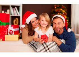 与相亲相爱的家人共度圣诞时光_1110099901