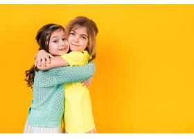 两个可爱的女孩拥抱在一起_407666101