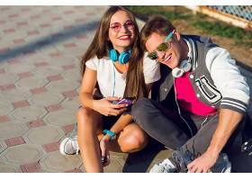 两个年轻漂亮的现代青少年穿着时髦的休闲装_987474901