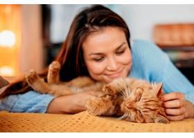 主人抚摸可爱的猫_1089204801