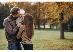 公园里带着小儿子的年轻家庭_1160133201