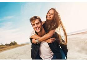 写真美丽健康的青壮年男女朋友拥抱幸福年_936173901