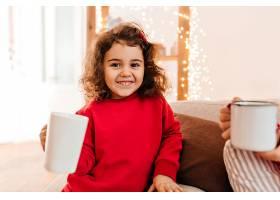 可爱的孩子喝茶穿着红色睡衣的迷人青春期_1243192401