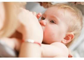 哺乳的金发女婴特写头像_333712401