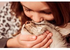 女孩亲吻她的猫_1168541701