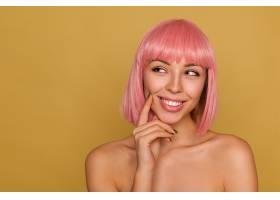 迷人沉思的年轻粉色头发的女性自然化妆_1223415601