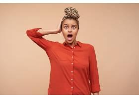 迷惑不解的年輕漂亮的棕色頭發的女士驚訝地_1247044001