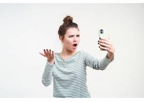 演播室拍攝了一位年輕的棕色頭發憤怒的女士_1247081801