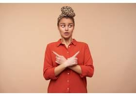 迷惑的年輕漂亮的棕色頭發的女士睜著綠色的_1246982501