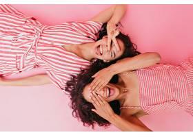 照片中两个年轻健谈的女孩穿着漂亮的连衣_1145637101