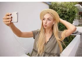 风和日丽的年轻女子金色长发头戴柳条帽_1110308201