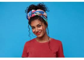 高興的年輕漂亮的黑頭發卷曲的女士帶著節_1247160701