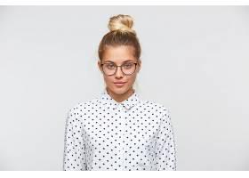 留着发髻的自信迷人的年轻女子的肖像穿着_1063235501