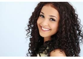 留着黑色卷发的漂亮年轻女子_755425401