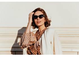 穿着复古服装的可爱女人表达了兴趣戴着墨_1193555401
