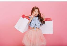 穿著薄紗裙留著深色長發走在粉色背景上_1027245101