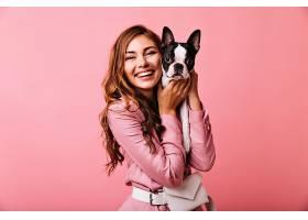 笑着的漂亮女人抱着她的小狗姜色可爱女孩_1193475801