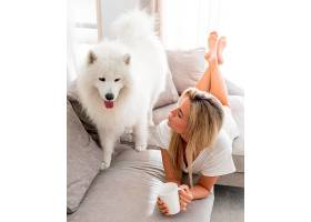 美丽可爱的狗和女人_1137955301