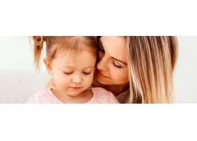 美丽的女儿和母亲在家里共度时光_1265885401