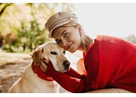 美丽的女孩和她的狗在一起带着爱迷人的_1201841301