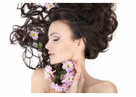 美丽的女孩躺着头发上插着鲜花洁白的脸_702849701