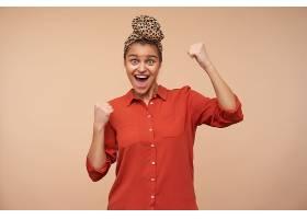 年轻快乐可爱的黑发女子穿着红色衬衫_1247047501