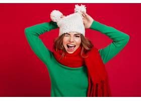 戴着帽子和暖和的围巾的滑稽的年轻漂亮女士_669561901