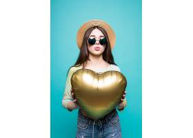 手持金心形气球微笑的恋爱女子可爱美丽的_1014599101