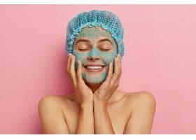護膚例行公事的概念美麗滿意的女人輕輕地_1249491901