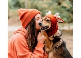 时髦的女人带着她的狗出去散步_1089191701