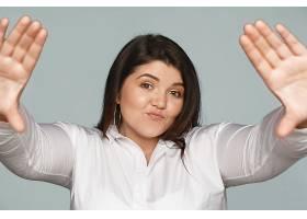 时髦的年轻高加索女子黑色头发胖乎乎的_1120388801