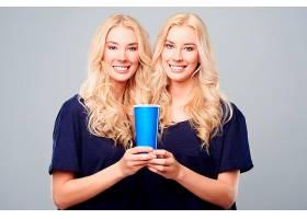 两个女孩的一个大杯子_1246965301