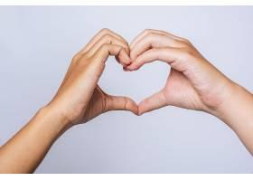 两个相爱的年轻女子手印心形_1004078801