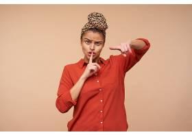 嚴厲的年輕棕色頭發的女士皺著眉頭用食指_1246949901