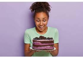 健康黑皮肤的可爱女人形象幸福地盯着盘子_1235122501