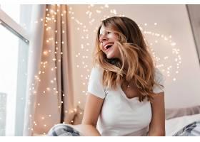 興奮的女模特留著時髦的發型在她的房間里_1120818901