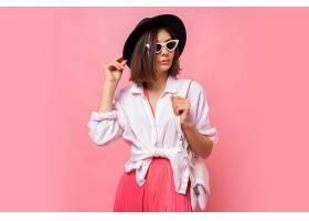 可爱的黑发女子穿着春装摆出时髦太阳镜的时_1263396701