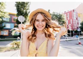 可爱的卷发女士穿着时髦的黄色服装享受_1157856001