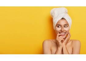 可爱的年轻女子皮肤清新健康目光转向别_1249602501