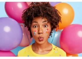 可爱的年轻女模的肖像留着卷发嘴唇紧闭_1249446901