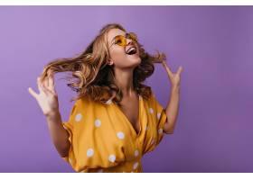 可愛的歐洲女人在紫羅蘭上鬼混時髦的曬黑_1193337501