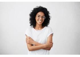 在室内拍摄美丽快乐的非裔美国妇女在大学晨_944060001