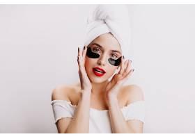 頭上戴著白毛巾的女士戴著黑色眼罩擺姿勢_1260780901