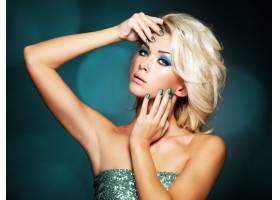 美丽的金发女子长着绿色的指甲和迷人的眼_1073040401
