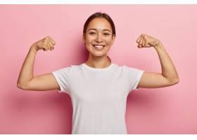 美丽的韩国女模保持健康举手展示肌肉为_1193409201