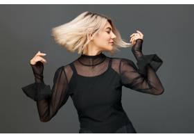 美丽时尚的年轻高加索女性染着头发用舞_1189054001