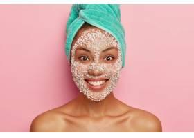 美容保健理念特写照片满意的深色皮肤女性_1249568801