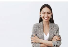 自信快乐的女企业家穿着时髦的夹克和t恤_1040159801