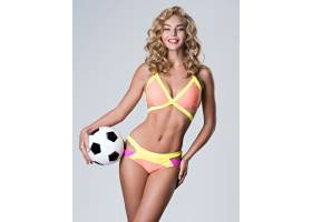 身穿时髦泳装的性感美女手持足球_1122723401